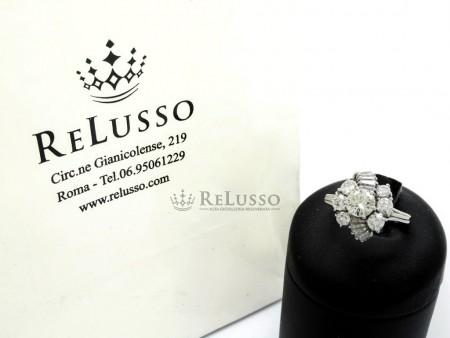 Anello con diamante centrale da 0,80 e contorno da 1,50ct in oro bianco foto1