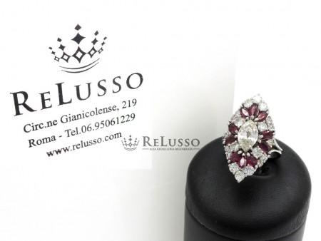 Anello con diamante marquise da 0,87ct e contorno di diamanti e rubini in oro bianco foto1