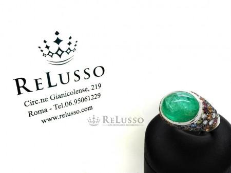 Anello in oro bianco con smeraldo cabochon da 10,00ct, diamanti e zaffiri multicolore foto1