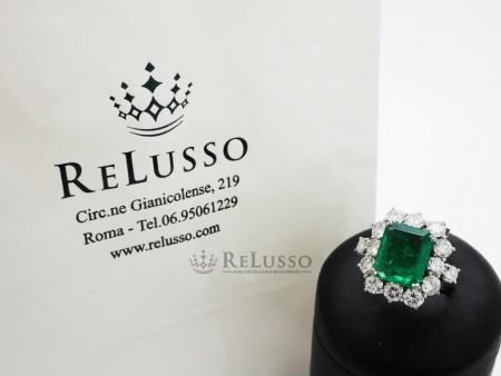 Anello con smeraldo centrale da 2,37ct e diamanti per 2,02ct in oro bianco foto1