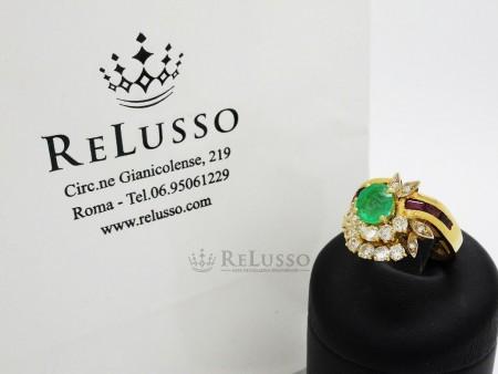 Anello con smeraldo centrale da 1,00ct con rubini e diamanti in oro giallo foto6