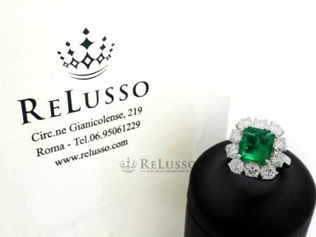 Anello con smeraldo centrale da 2,05 ct e diamanti per 2,50ct in oro bianco foto1