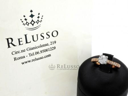 Anello Solitario con diamante da 0,60ct e diamanti laterali per 0,25ct in oro rosa foto1