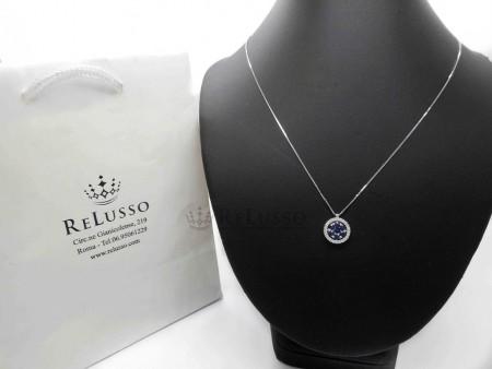 Collana con piccolo pendente rotondo in oro bianco, diamanti e zaffiri. foto1